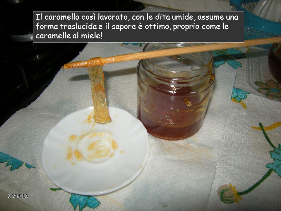 """Spengo il fuoco e aggiungo il cucchiaio di miele amalgamandolo bene: la """"prova della goccia"""" ha prodotto una pallina dura, per- ciò ammorbidisco con u"""