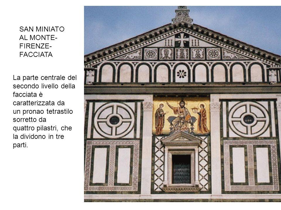 La parte centrale del secondo livello della facciata è caratterizzata da un pronao tetrastilo sorretto da quattro pilastri, che la dividono in tre par