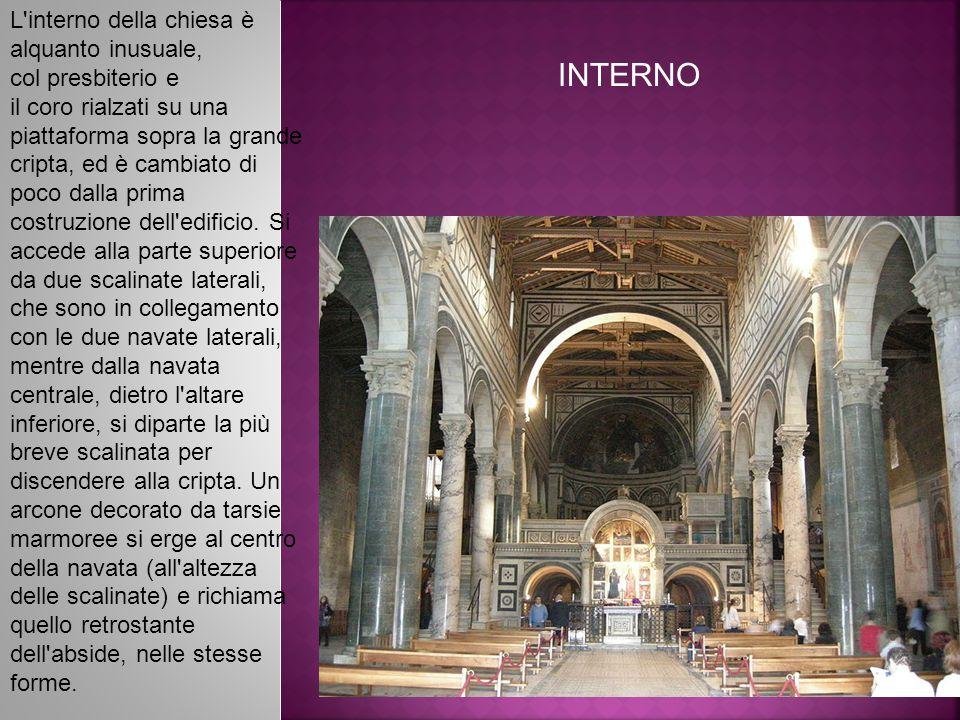 INTERNO L interno della chiesa è alquanto inusuale, col presbiterio e il coro rialzati su una piattaforma sopra la grande cripta, ed è cambiato di poco dalla prima costruzione dell edificio.