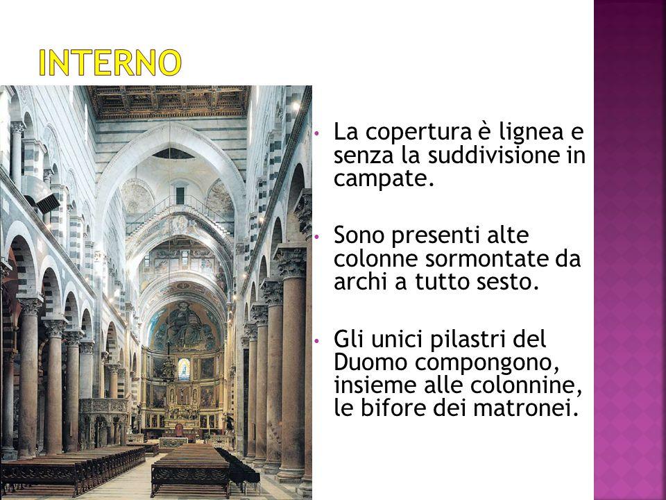  La decorazione interna ed esterna del Duomo di Pisa è a fasce bicrome, alternate dal bianco e dal grigio, con intarsi e incrostazioni nelle pareti e nel pavimento.