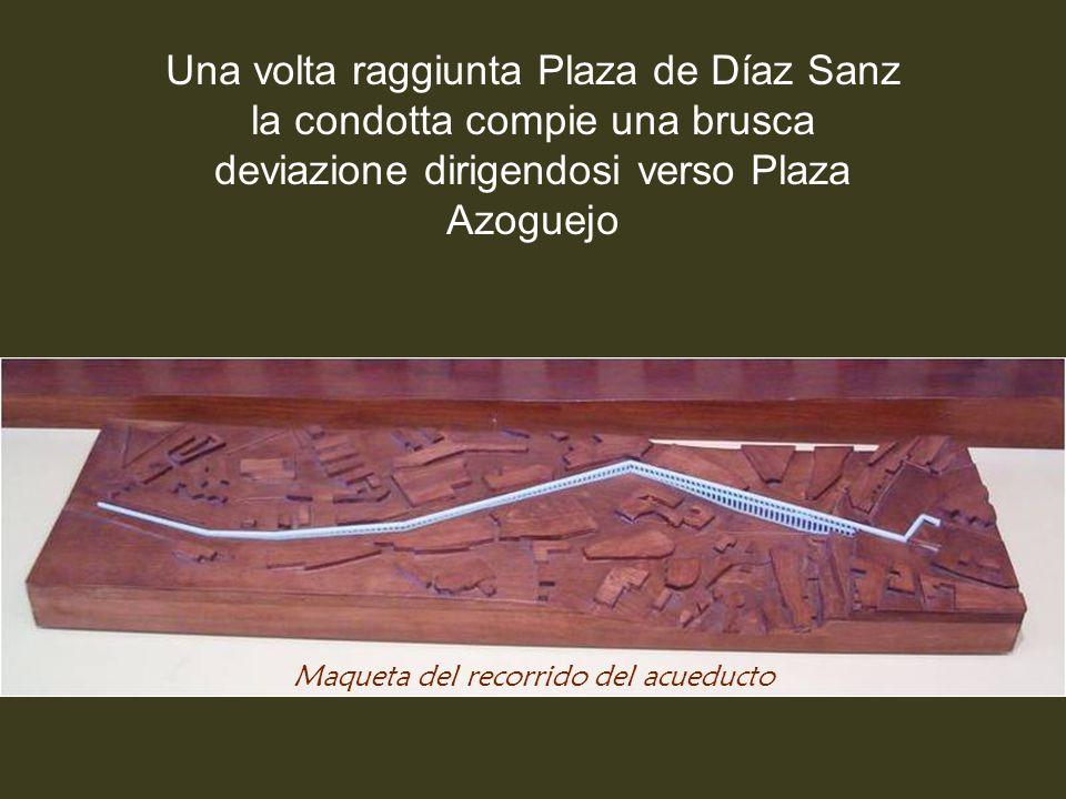 Da qui viaggia per 728 metri con una pendenza di circa l'1% fino a raggiungere il Postigo, un affioramento roccioso al centro della città vecchia, dov