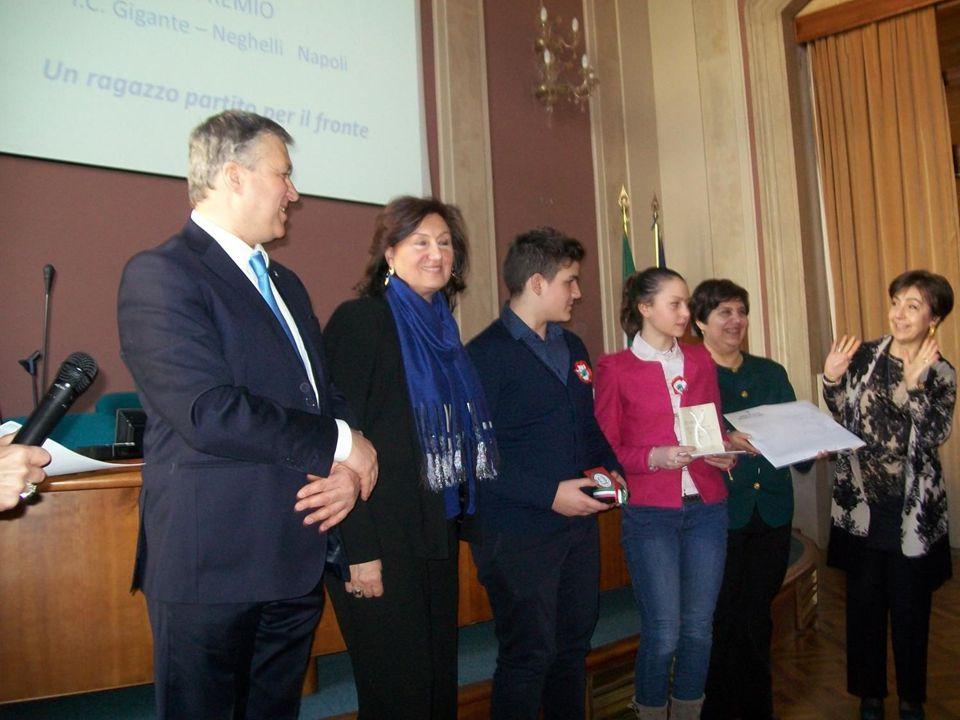 La consegna degli attestati, della medaglia del 10 febbraio e del premio di 150,00 euro
