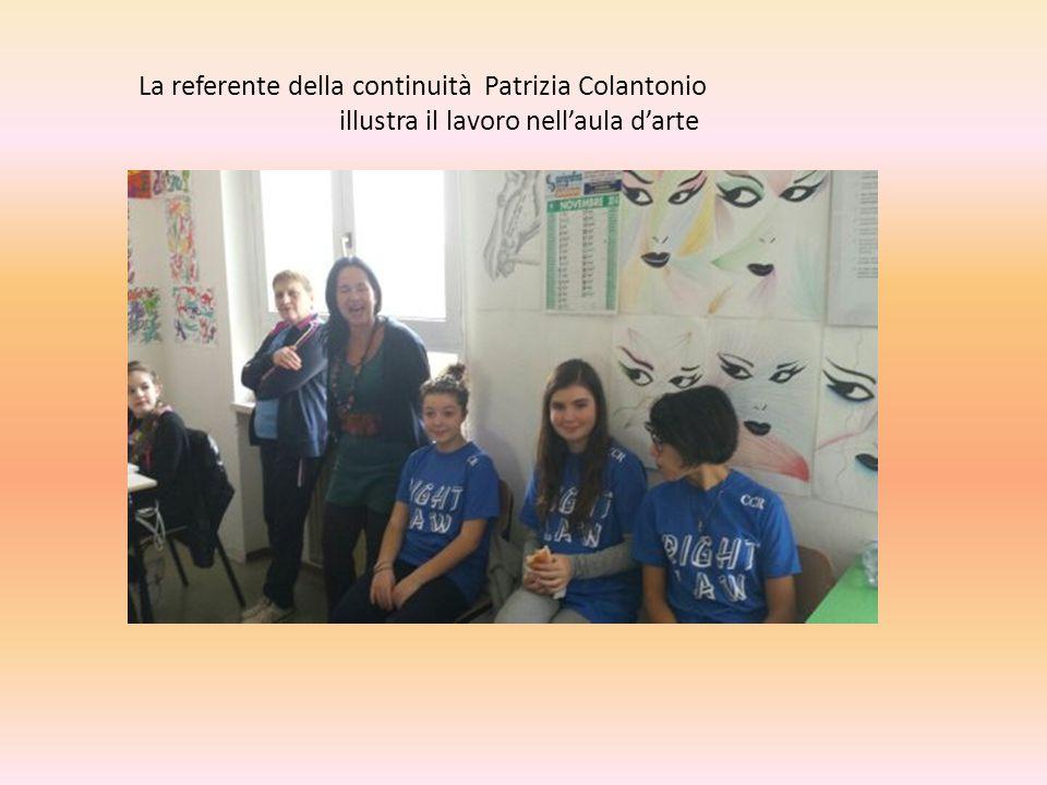 La referente della continuità Patrizia Colantonio illustra il lavoro nell'aula d'arte