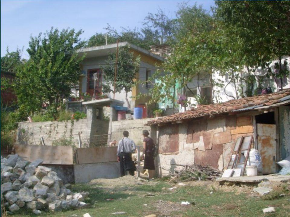 La casa dove vivono i bambini nella foto 2 è un vecchio vagone ferroviario, aggiustato e migliorato nel corso degli anni!