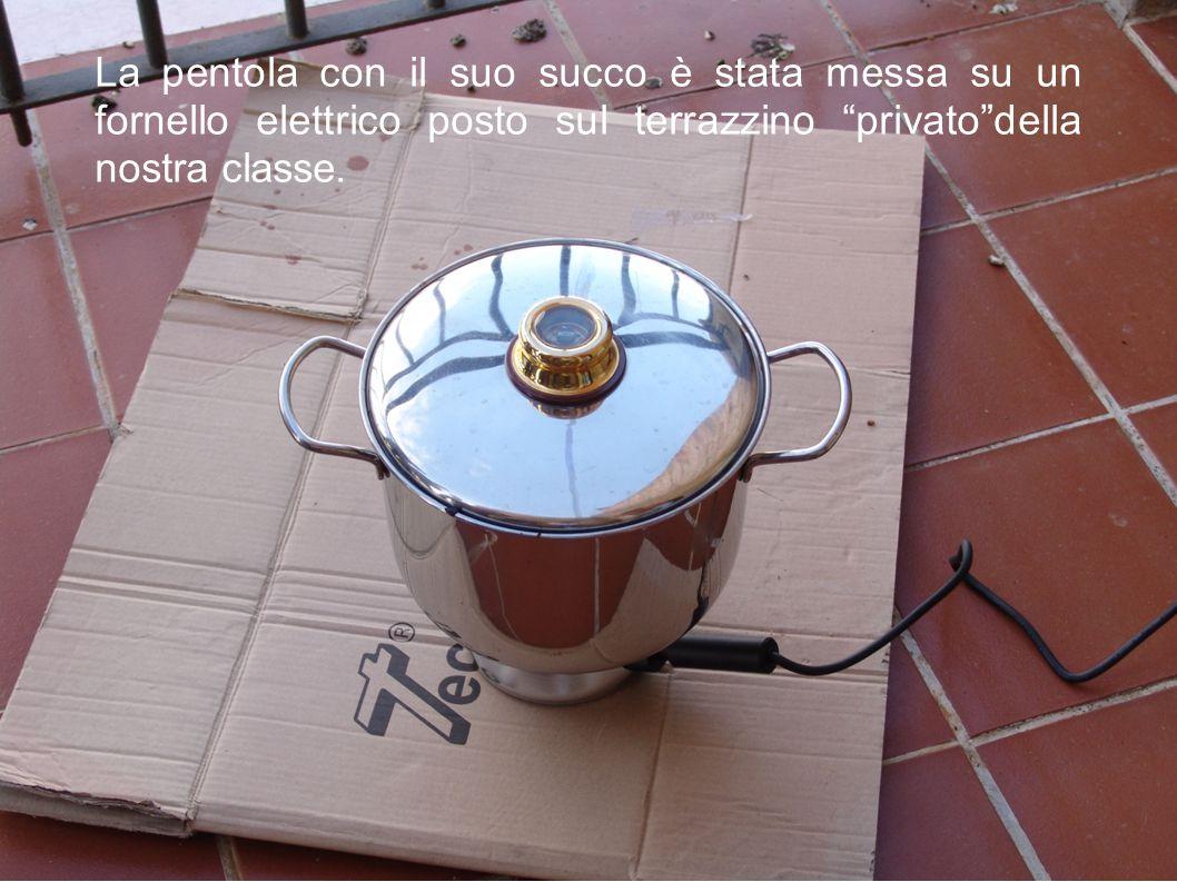 """La pentola con il suo succo è stata messa su un fornello elettrico posto sul terrazzino """"privato""""della nostra classe."""