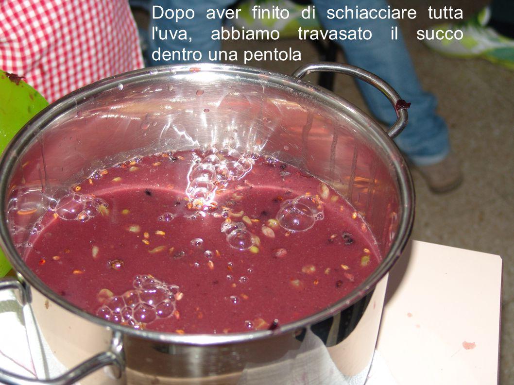 Dopo aver finito di schiacciare tutta l'uva, abbiamo travasato il succo dentro una pentola