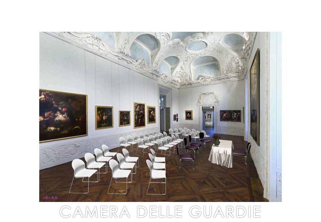 Caratterizzata da una fastosa decorazione in stucco della volta eseguita nel Settecento, Camera delle Guardie è austera e composta nella sua eleganza.