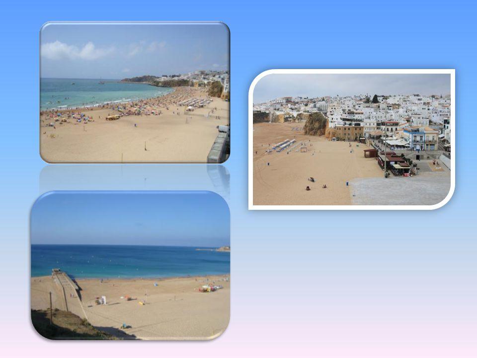 Giornata nella spiaggia dei Pescatori che oggi si è modernizzata grazie a un servizio lettini e ombrelloni e diversi bar e ristorantini dai quali si p