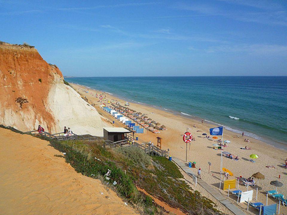 Prima colazione in albergo. Mattinata alla spiaggia De Falesia, 5 km a est di Albufeira si estende una delle spiagge più belle dell'Algarve. Alle spal