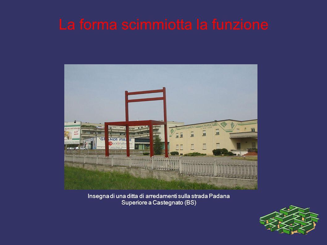 La forma scimmiotta la funzione Insegna di una ditta di arredamenti sulla strada Padana Superiore a Castegnato (BS)