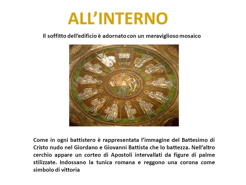 ALL'INTERNO Il soffitto dell'edificio è adornato con un meraviglioso mosaico Come in ogni battistero è rappresentata l'immagine del Battesimo di Crist