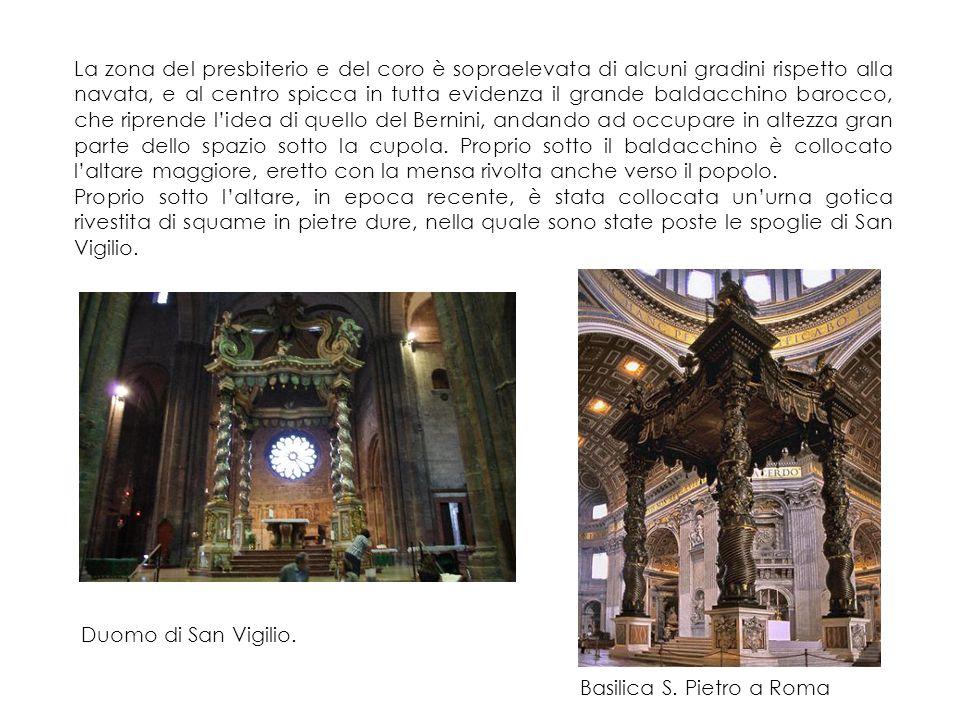 La zona del presbiterio e del coro è sopraelevata di alcuni gradini rispetto alla navata, e al centro spicca in tutta evidenza il grande baldacchino barocco, che riprende l'idea di quello del Bernini, andando ad occupare in altezza gran parte dello spazio sotto la cupola.
