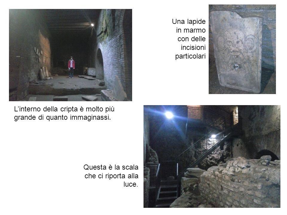 L'interno della cripta è molto più grande di quanto immaginassi. Una lapide in marmo con delle incisioni particolari Questa è la scala che ci riporta