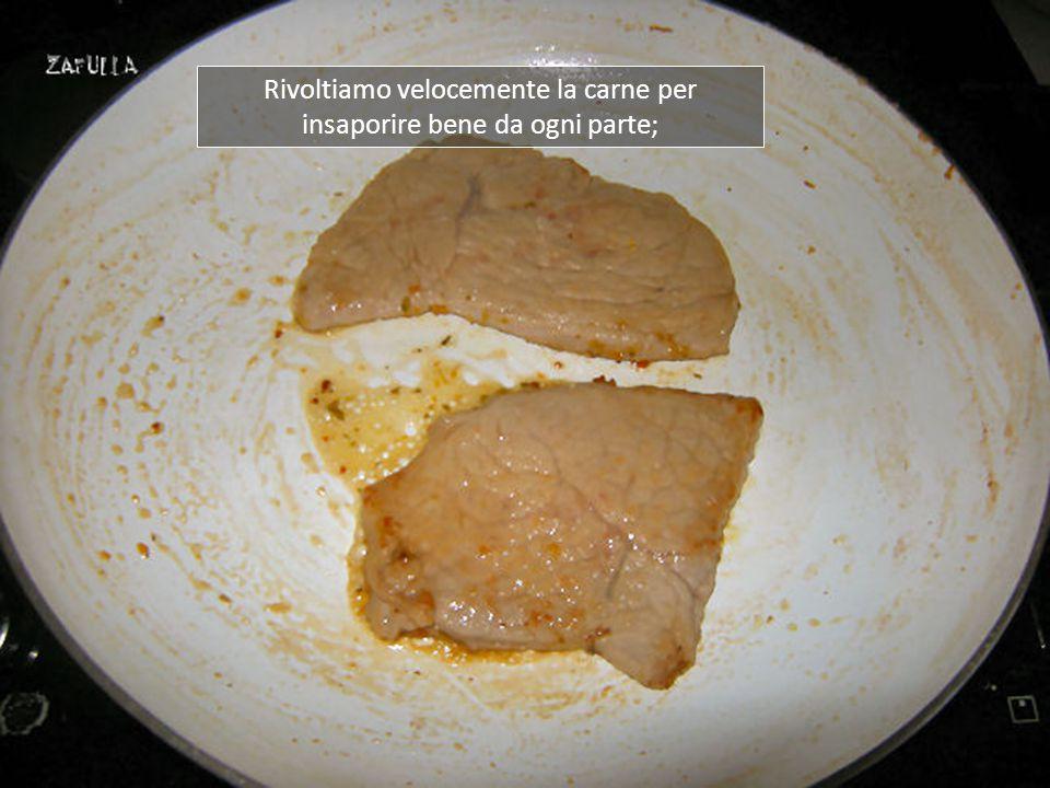 Le giriamo velocemente: la carne deve cuocere ma non seccare assolutamente, perciò vi versiamo sopra il succo del mezzo limone e lasciamo che si formi