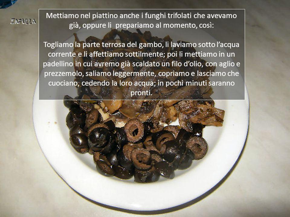Tagliamo a fettine le olive nere denocciolate, che serviranno per condire e guarnire il piatto.