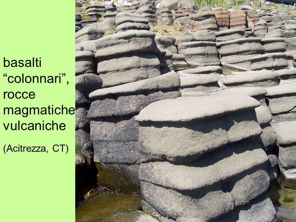 basalti colonnari , rocce magmatiche vulcaniche (Acitrezza, CT)