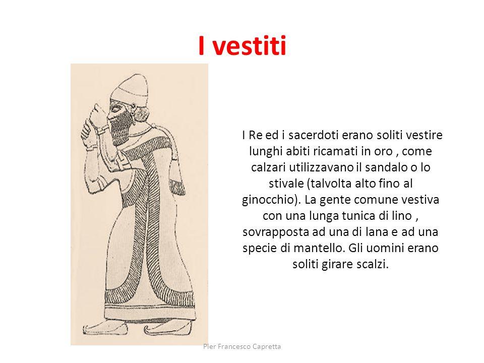 I Re ed i sacerdoti erano soliti vestire lunghi abiti ricamati in oro, come calzari utilizzavano il sandalo o lo stivale (talvolta alto fino al ginocc