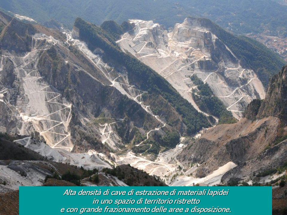 Alta densità di cave di estrazione di materiali lapidei in uno spazio di territorio ristretto e con grande frazionamento delle aree a disposizione.