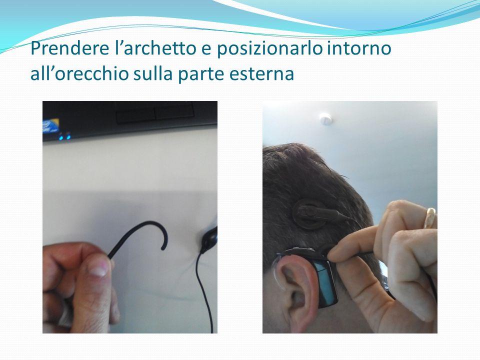Prendere l'archetto e posizionarlo intorno all'orecchio sulla parte esterna