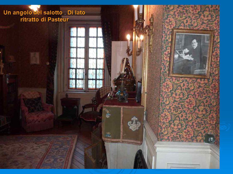 Un angolo del salotto. Di lato ritratto di Pasteur