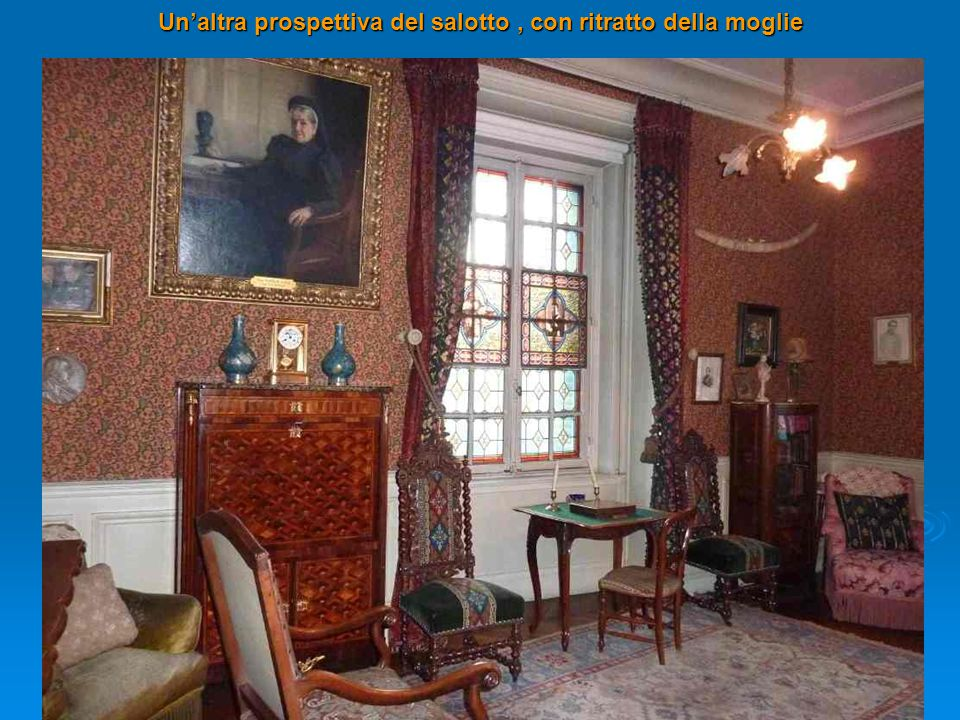 Un'altra prospettiva del salotto, con ritratto della moglie