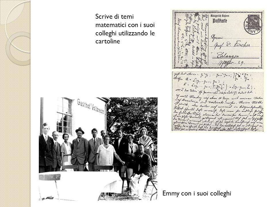 Scrive di temi matematici con i suoi colleghi utilizzando le cartoline Emmy con i suoi colleghi