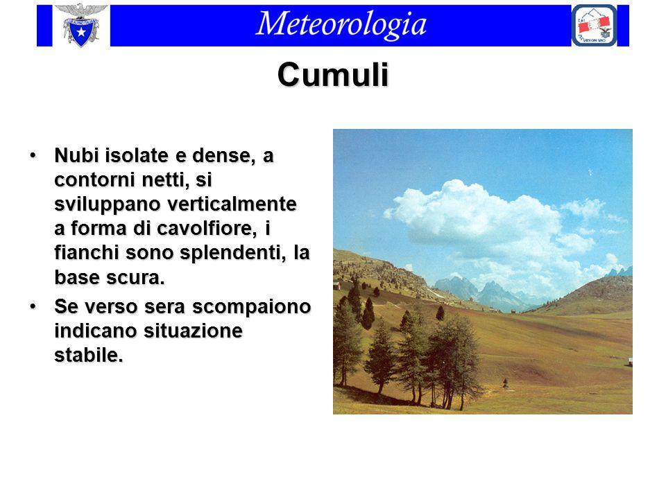 Cumuli Nubi isolate e dense, a contorni netti, si sviluppano verticalmente a forma di cavolfiore, i fianchi sono splendenti, la base scura.Nubi isolat