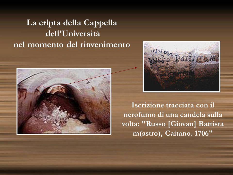 La cripta della Cappella dell'Università nel momento del rinvenimento Iscrizione tracciata con il nerofumo di una candela sulla volta: Russo [Giovan] Battista m(astro), Caitano.