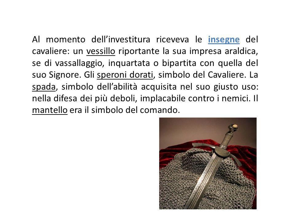 Al momento dell'investitura riceveva le insegne del cavaliere: un vessillo riportante la sua impresa araldica, se di vassallaggio, inquartata o bipart