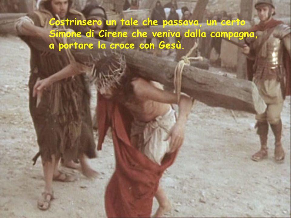 Costrinsero un tale che passava, un certo Simone di Cirene che veniva dalla campagna, a portare la croce con Gesù.