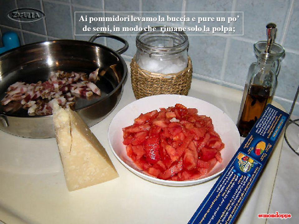 Ai pommidori levamo la buccia e pure un po' de semi, in modo che rimane solo la polpa;