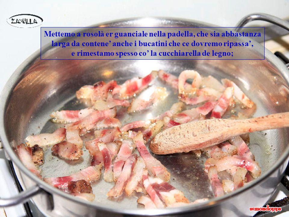 Mentre cominciamo er sugo mettemo su pure a pentola pe' còce la pasta, che 'sta salsa in 15 minuti, più o meno, se fa.