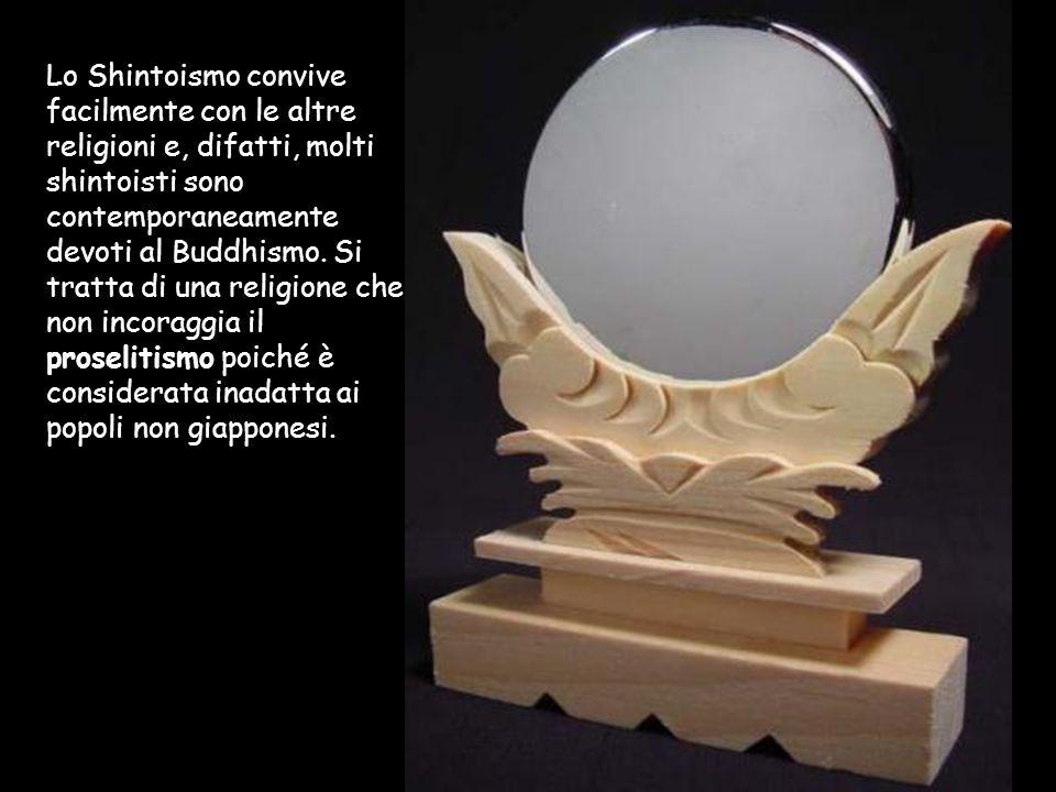 Lo Shintoismo convive facilmente con le altre religioni e, difatti, molti shintoisti sono contemporaneamente devoti al Buddhismo. Si tratta di una rel