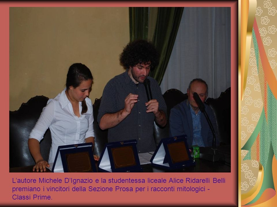L'autore Michele D'Ignazio e la studentessa liceale Alice Ridarelli Belli premiano i vincitori della Sezione Prosa per i racconti mitologici - Classi Prime.