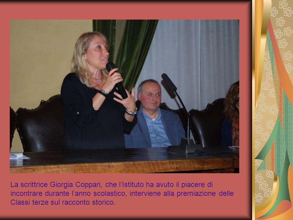 La scrittrice Giorgia Coppari, che l'Istituto ha avuto il piacere di incontrare durante l'anno scolastico, interviene alla premiazione delle Classi terze sul racconto storico.