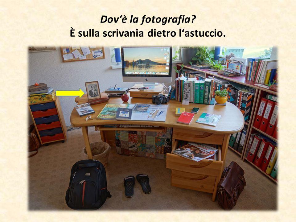 Dov'è la fotografia? È sulla scrivania dietro l'astuccio.