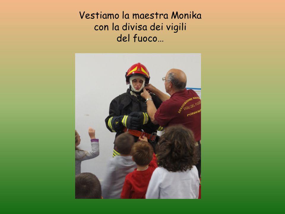 Vestiamo la maestra Monika con la divisa dei vigili del fuoco…
