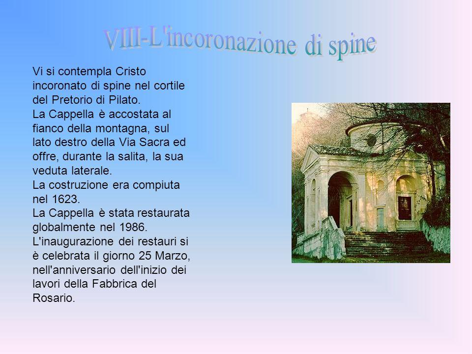 Vi si contempla Cristo incoronato di spine nel cortile del Pretorio di Pilato. La Cappella è accostata al fianco della montagna, sul lato destro della