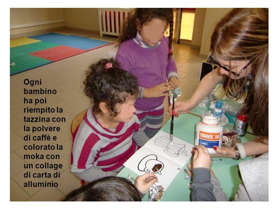 Ogni bambino ha poi riempito la tazzina con la polvere di caffè e colorato la moka con un collage di carta di alluminio