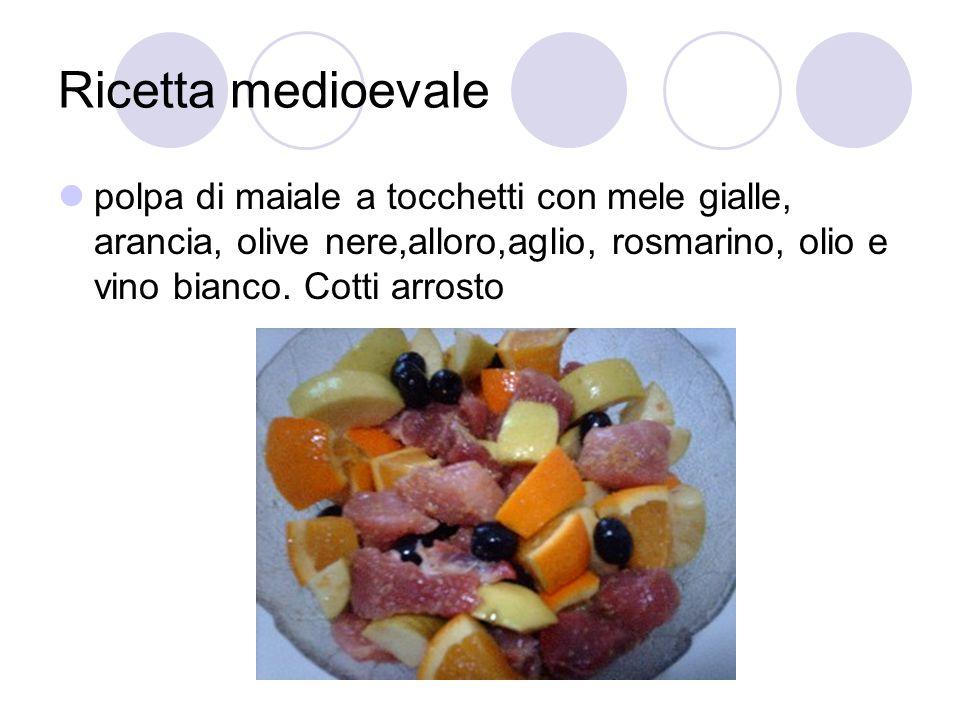 Ricetta medioevale polpa di maiale a tocchetti con mele gialle, arancia, olive nere,alloro,aglio, rosmarino, olio e vino bianco. Cotti arrosto