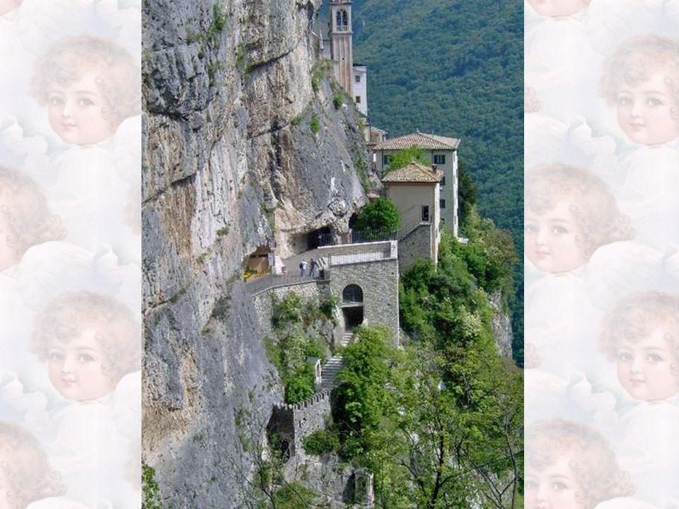 A quel punto i saggi e devoti alpigiani comprendono la volontà della Madonna e laggiù tra le rocce Le innalzano un'edicola in muratura: nasce così il Santuario della Madonna della Corona.