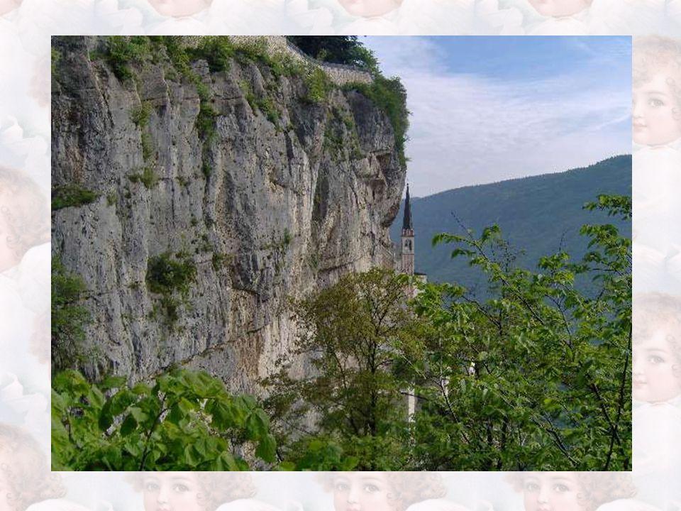 Ecco, un'idea! Si annodano le corde, vi si lega una cesta e, per mezzo di essa, i più ardimentosi si fanno calare fin laggiù, nel cuore delle rocce. C