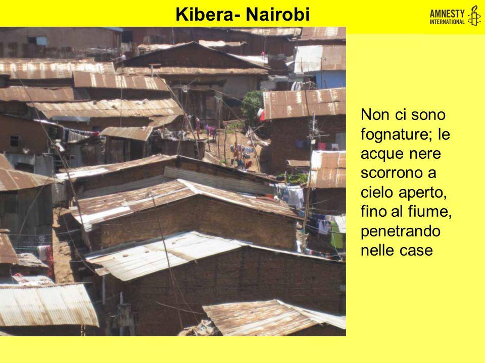 Kibera- Nairobi Non ci sono fognature; le acque nere scorrono a cielo aperto, fino al fiume, penetrando nelle case
