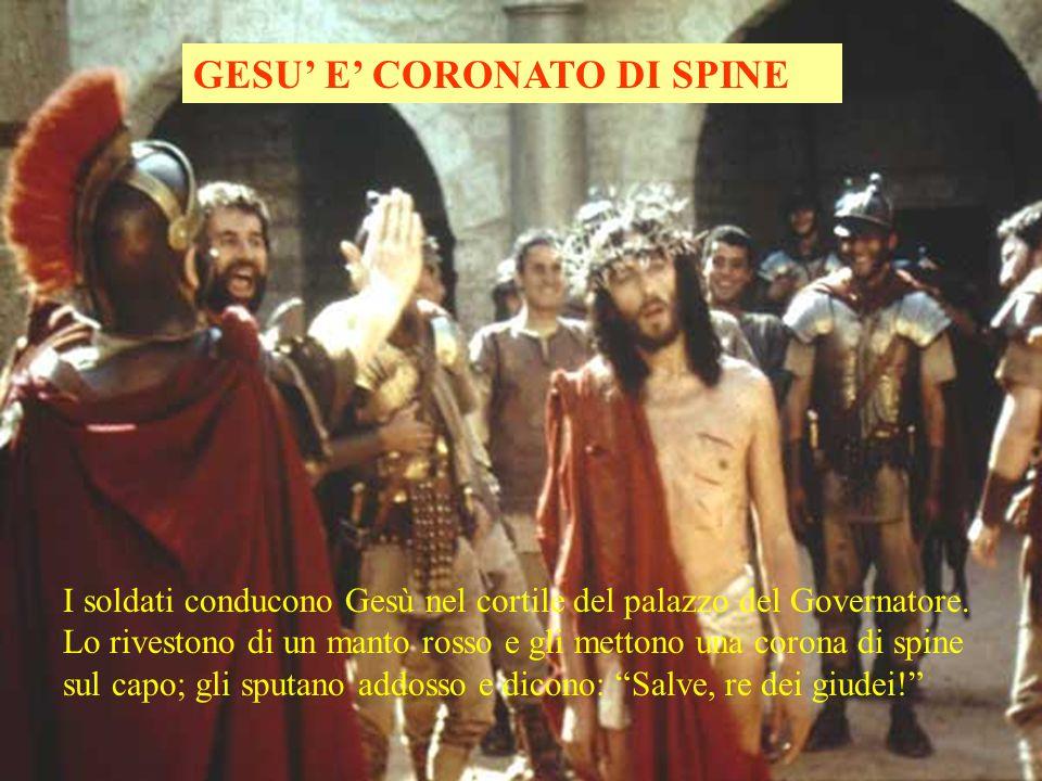 GESU' E' CORONATO DI SPINE I soldati conducono Gesù nel cortile del palazzo del Governatore.