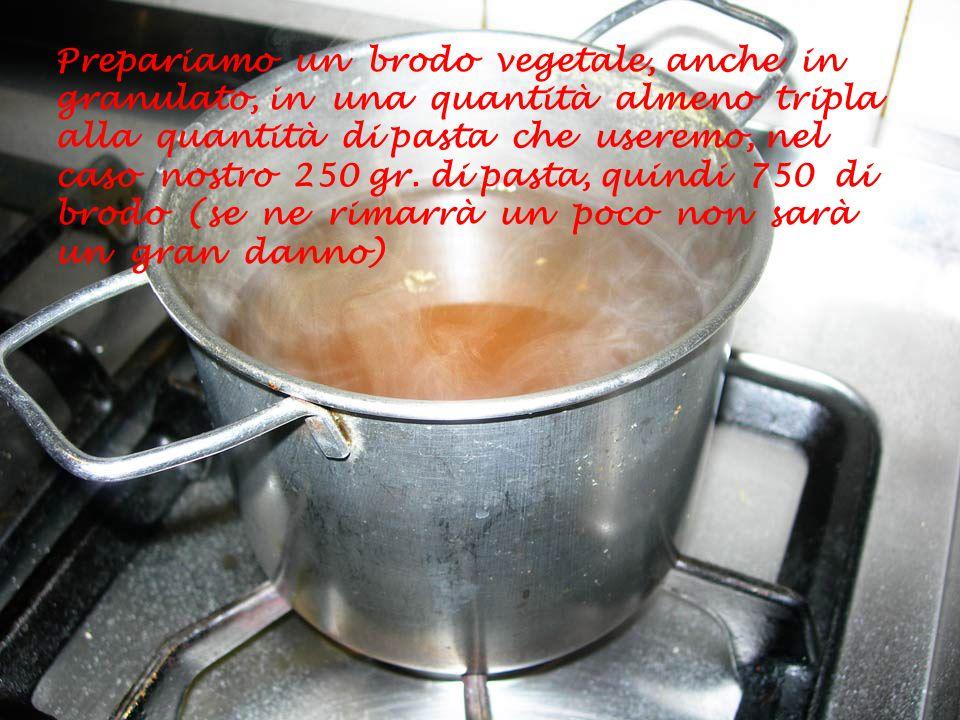 Soffriggiamo in una padella piuttosto larga (dovrà contenere le bavette) due spicchi di aglio in olio di oliva e, ad aglio imbiondito, aggiungiamo i calamari puliti e tagliati a rondelle e un pizzico di peperoncino