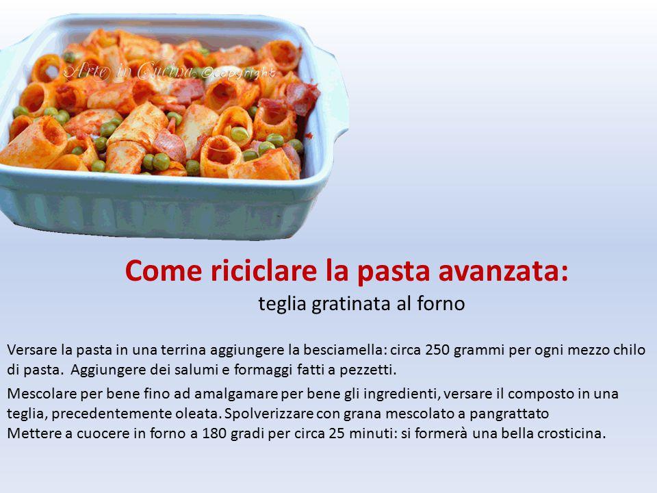 Versare la pasta in una terrina aggiungere la besciamella: circa 250 grammi per ogni mezzo chilo di pasta.
