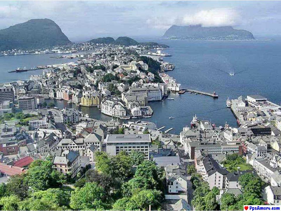 Oslo occupa il territorio al limite settentrionale del fiordo che porta il suo nome. In tutte le altre direzioni la città è circondata da colline verd