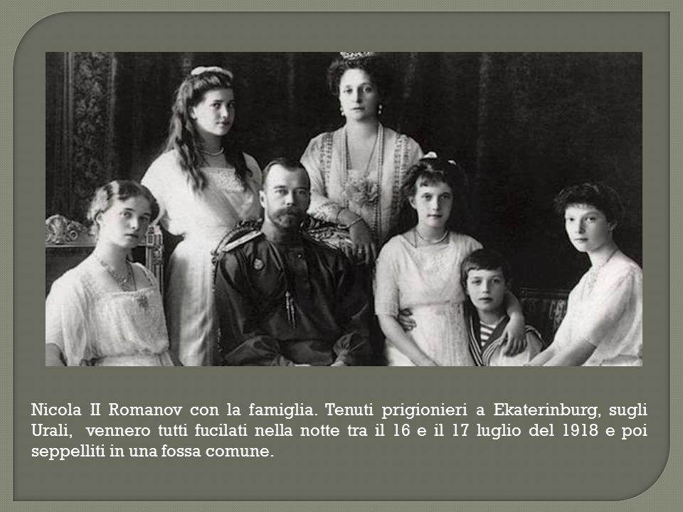 Nicola II Romanov con la famiglia. Tenuti prigionieri a Ekaterinburg, sugli Urali, vennero tutti fucilati nella notte tra il 16 e il 17 luglio del 191