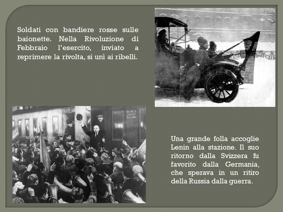 Soldati con bandiere rosse sulle baionette. Nella Rivoluzione di Febbraio l'esercito, inviato a reprimere la rivolta, si unì ai ribelli. Una grande fo