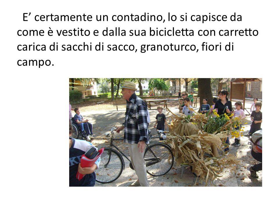 E' certamente un contadino, lo si capisce da come è vestito e dalla sua bicicletta con carretto carica di sacchi di sacco, granoturco, fiori di campo.